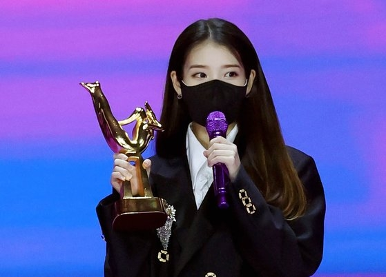 Netizen Buzz: IU and BTS win digital and album daesangs at the '2021 Golden Disc Awards'